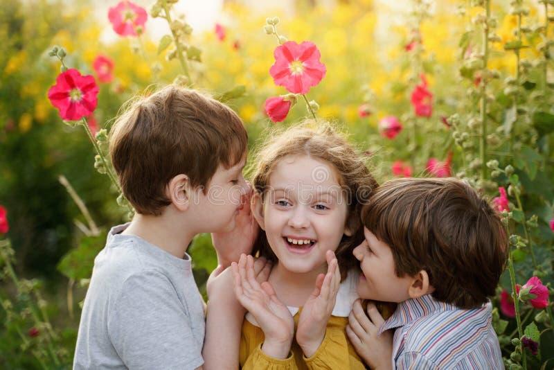 Śliczni dzieci szepczą w lecie outdoors obrazy royalty free