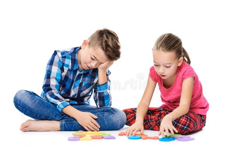 Śliczni dzieci z wielkimi kolorowymi abecadło listami na białym tle Żartuje mowy terapii pojęcie Mowy przeszkoda, logopedy obraz royalty free