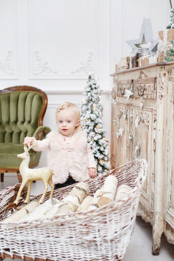 Śliczni dziecka i bożych narodzeń prezenty Małe dziecko ma zabawę blisko choinki w żywym pokoju Kochający rodzinni Wesoło boże na zdjęcie stock