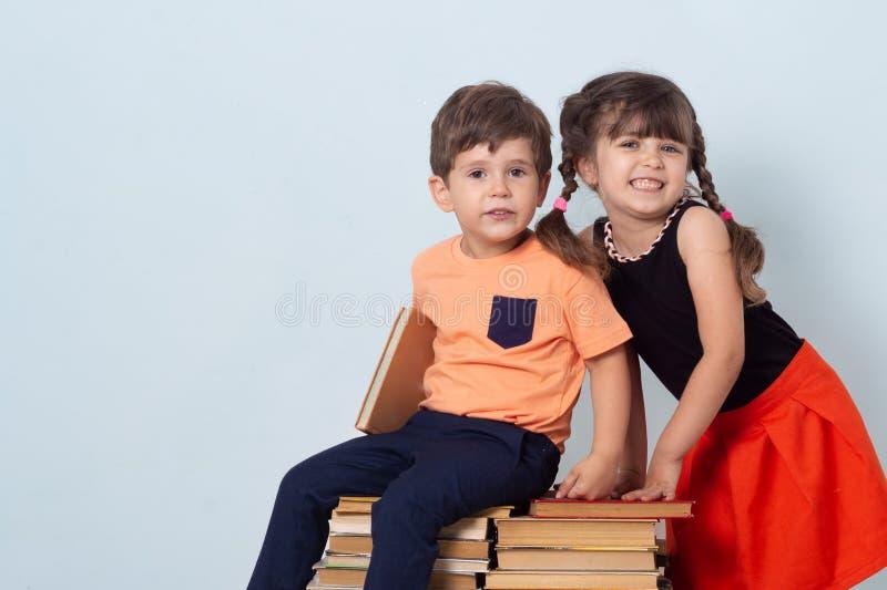 Śliczni eleganccy dzieci z powrotem szkoła Moda dla szkoła dzieciaków, mundur Ucze? szko?a podstawowa obraz stock
