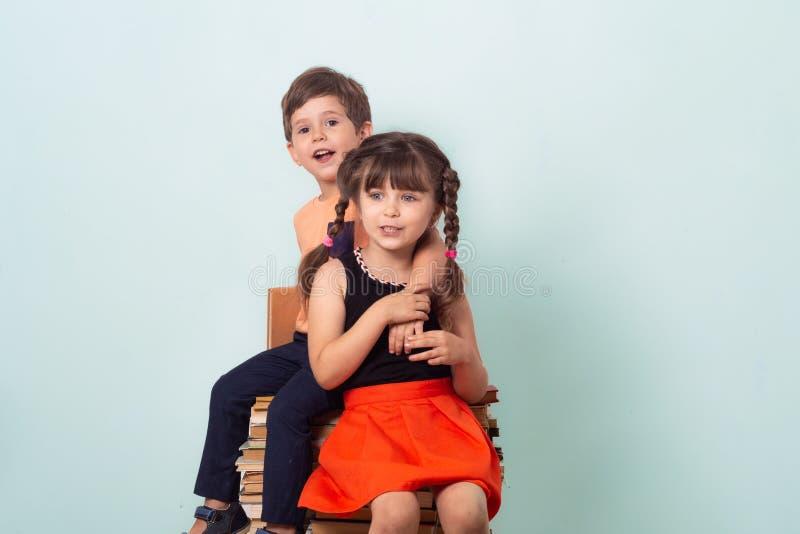 Śliczni eleganccy dzieci z powrotem szkoła Moda dla szkoły obraz royalty free