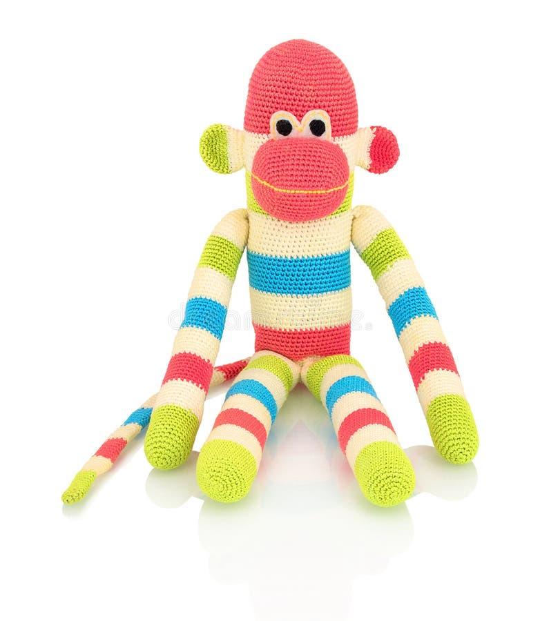 Śliczni handmade szydełkują małpią lalę odizolowywającą na białym tle z cienia odbiciem Figlarnie szydełkuje małpy na białym tle zdjęcie royalty free