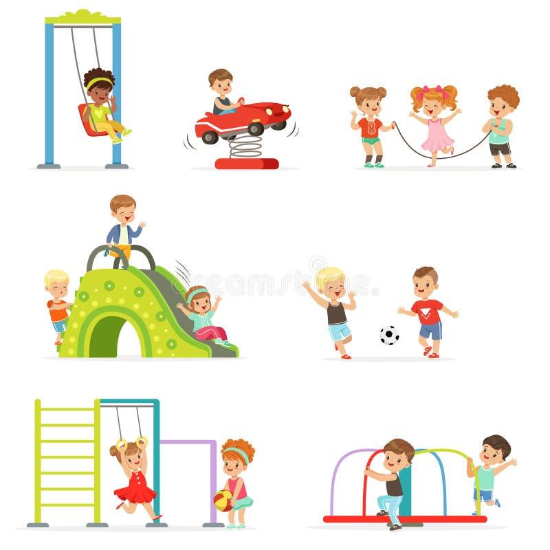 Śliczni kreskówek małe dzieci bawić się zabawę i ma przy boiskiem ustawiającym wektorowe ilustracje ilustracja wektor