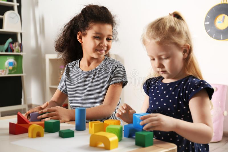 Śliczni małe dzieci bawić się z elementami w dziecinu fotografia royalty free