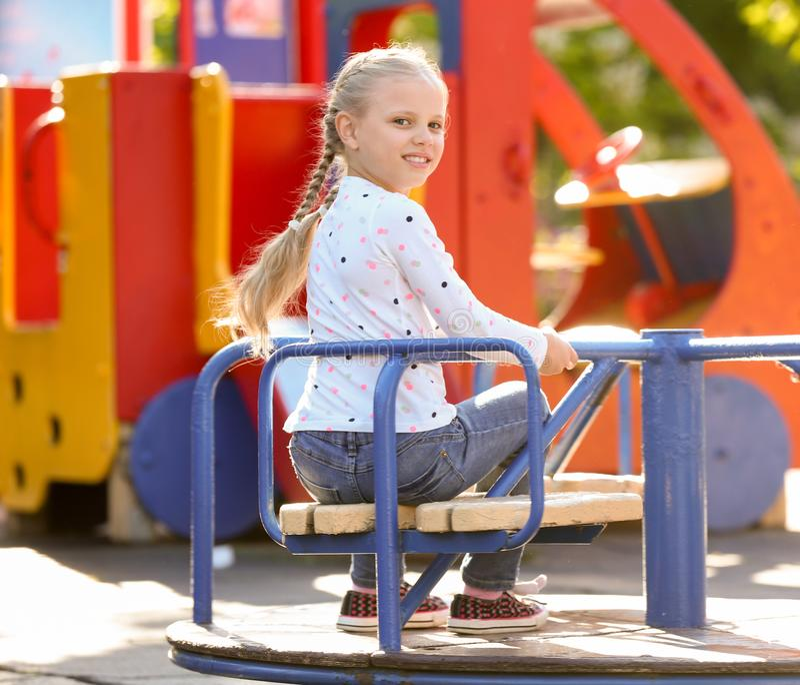 Śliczni małe dzieci outdoors na boisku zdjęcia royalty free