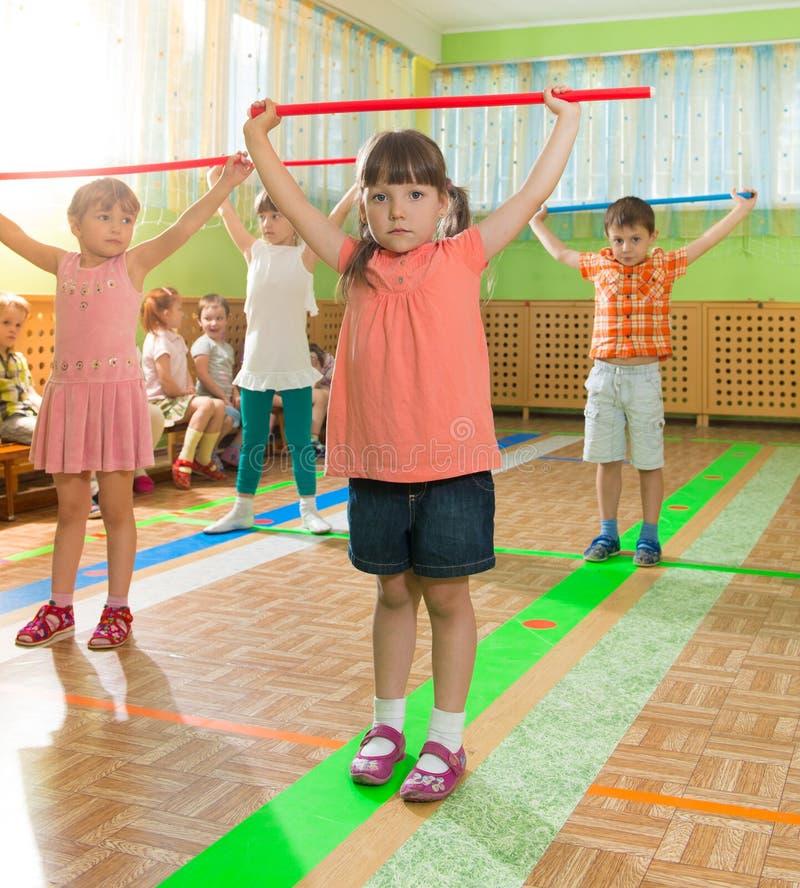 Śliczni małe dzieci przy daycare gym obraz stock