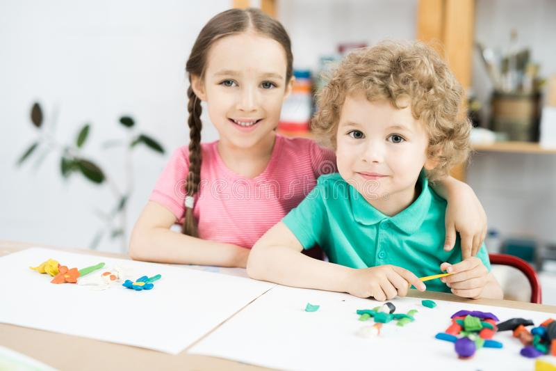 Śliczni małe dzieci w rzemiosło klasie zdjęcia royalty free