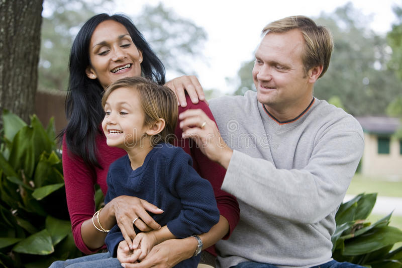 śliczni pięć rodziny międzyrasowy stary syna rok obrazy royalty free