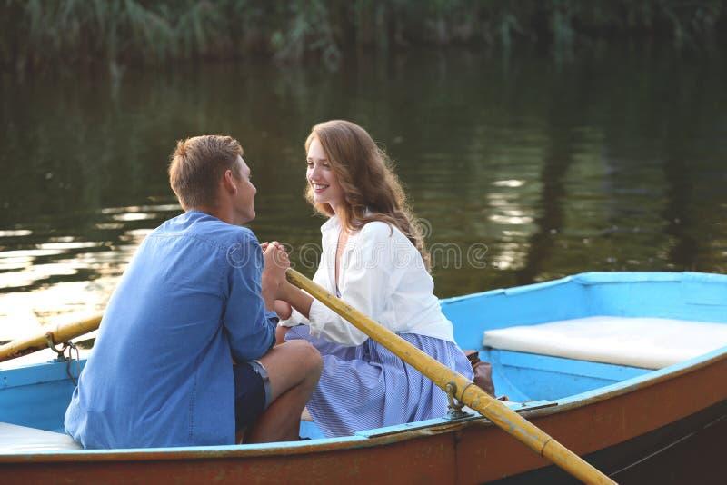 Śliczni potomstwa dobierają się mieć romantyczną datę w łodzi zdjęcie royalty free