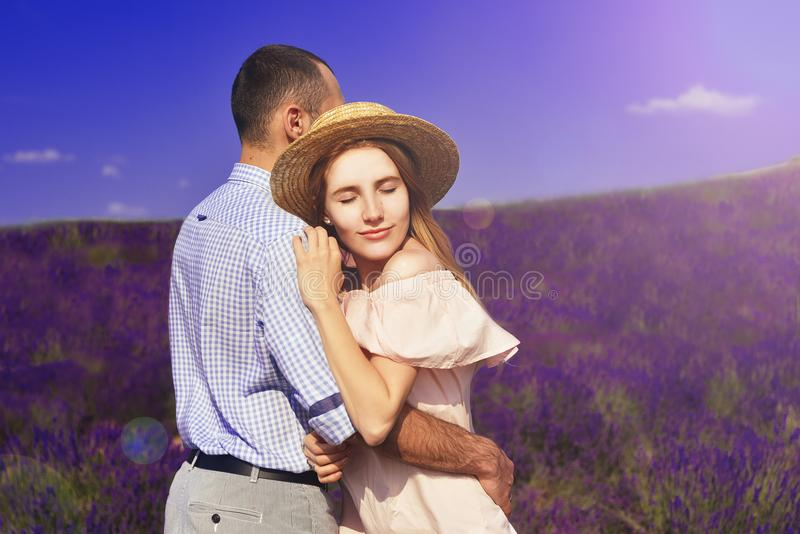 Śliczni potomstwa dobierają się w miłości w polu lawendowi kwiaty Cieszy się moment szczęście i miłość w lawendowym polu blondyny zdjęcia stock