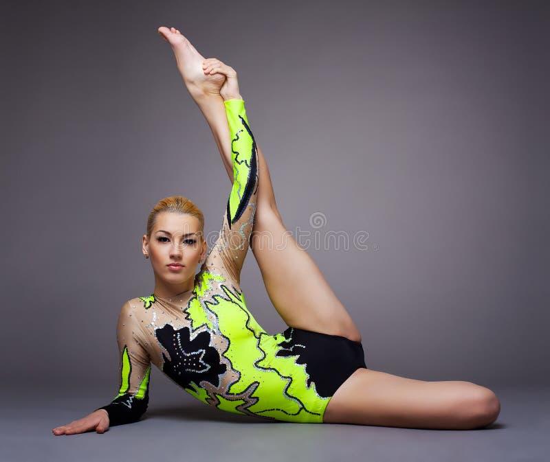 śliczni robi gimnastyczki rozszczepeni kostiumu kobiety potomstwa fotografia stock