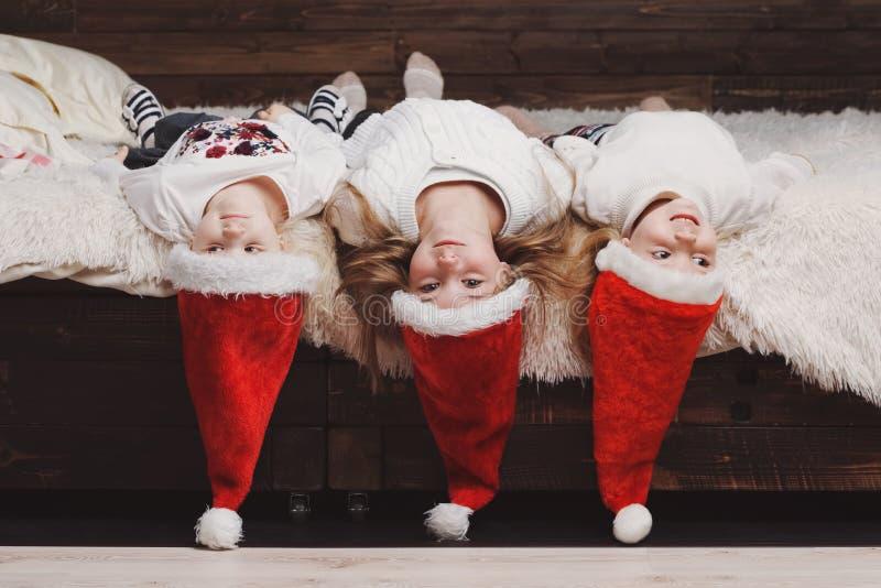 śliczni szczęśliwi dzieci z Santa kapeluszami obrazy royalty free