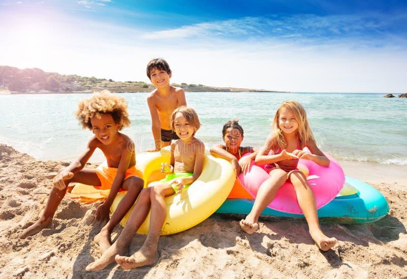 Śliczni wieloetniczni dzieciaki wydaje lato na plaży obrazy royalty free