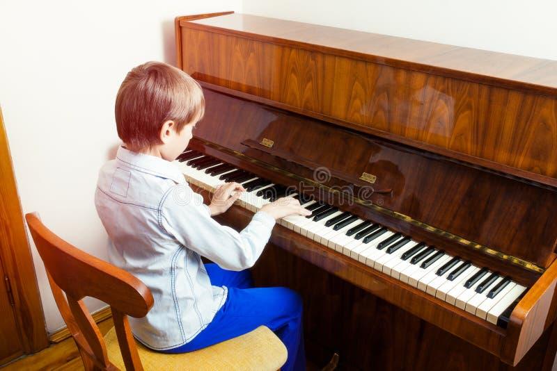 Śliczny śmieszny llittle dziecko bawić się pianino zdjęcia royalty free