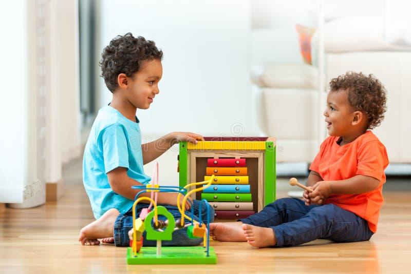 Śliczny amerykan afrykańskiego pochodzenia braci dziecko bawić się wpólnie obrazy royalty free