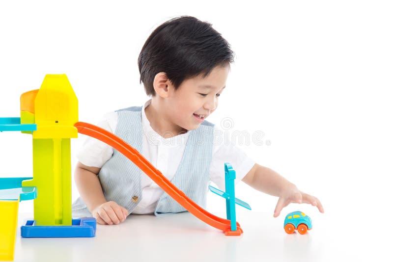 Śliczny Azjatycki dziecko bawić się zabawkarskich samochody zdjęcie stock