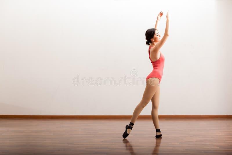 Śliczny baleriny spełnianie zdjęcia stock