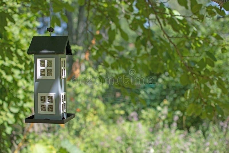 Śliczny birdhouse obwieszenie w zieleń ogródu pojęciu zdjęcie stock