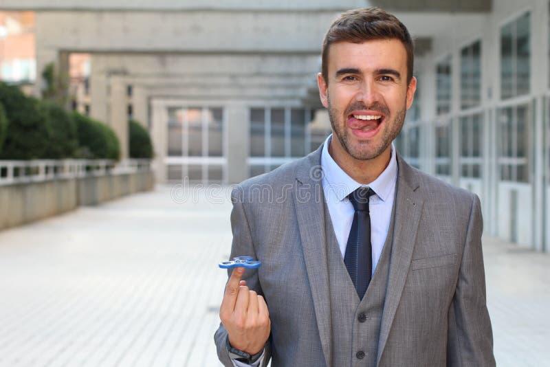 Śliczny biznesmen bawić się z ręka kądziołkiem zdjęcie royalty free
