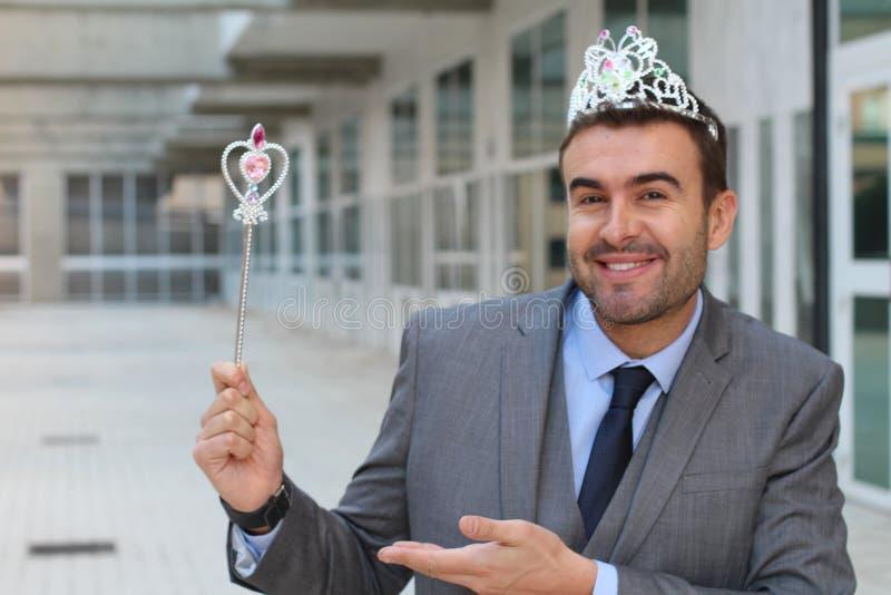 Śliczny biznesmen jest ubranym princess koronę zdjęcia stock