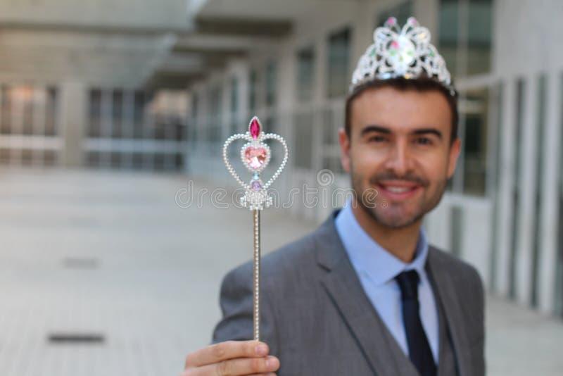 Śliczny biznesmen jest ubranym princess koronę zdjęcie stock