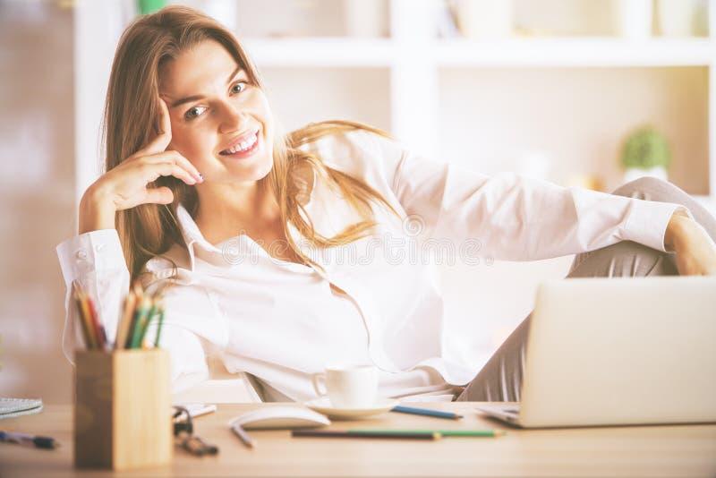 Śliczny bizneswoman przy miejscem pracy obraz stock