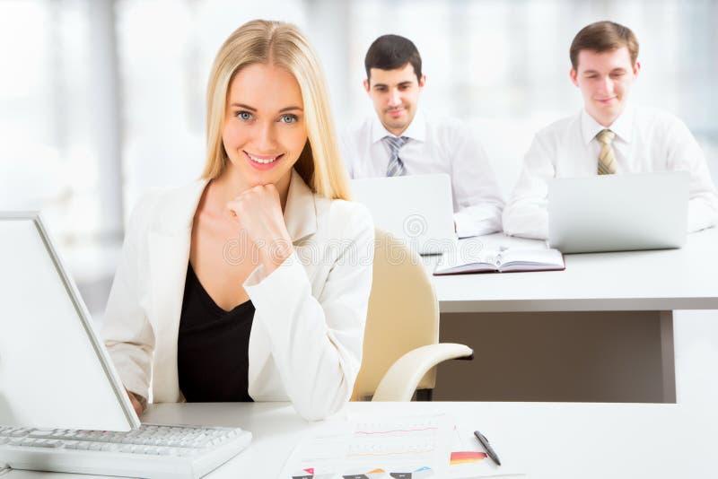 Śliczny bizneswoman w biurze zdjęcie stock