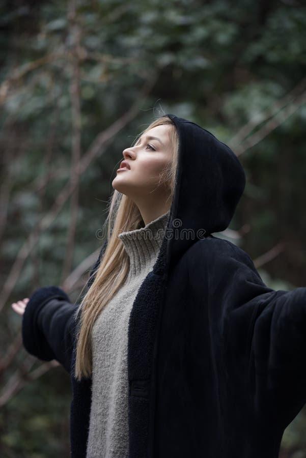 Śliczny blond nastoletni przy lasową odzież polo szyją kobiety okapturzającą kurtką i fotografia stock