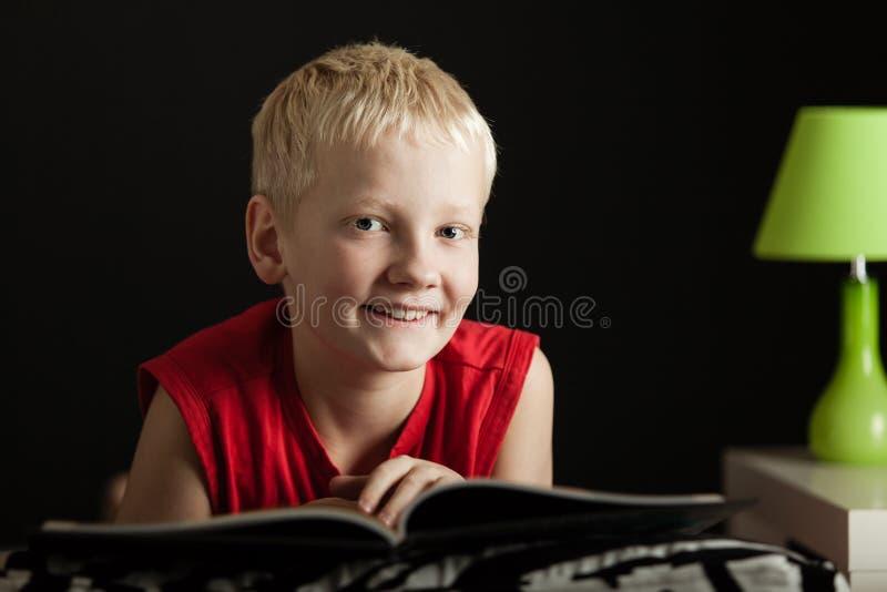 Śliczny chłopiec czytanie fotografia royalty free