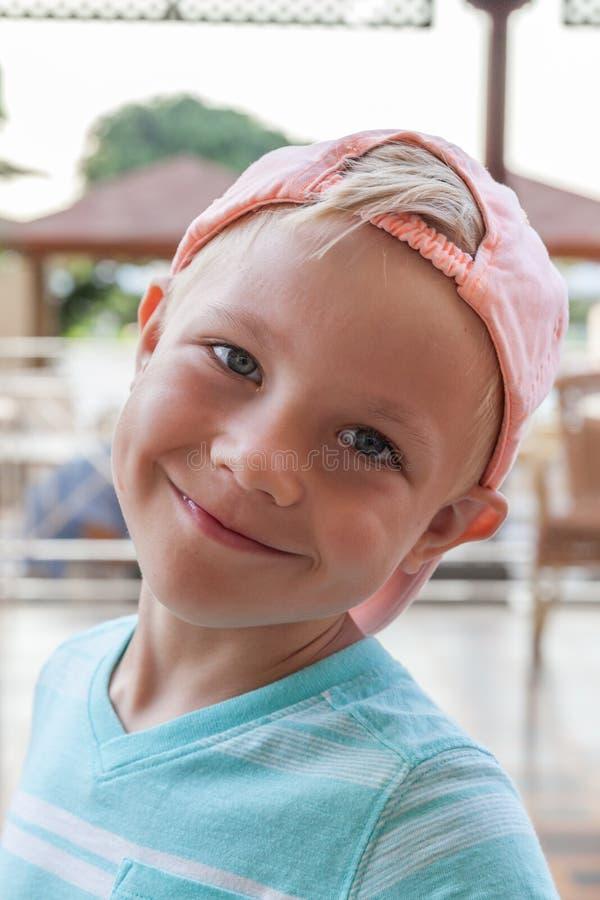 Śliczny chłopiec dzieciak plenerowy zdjęcie royalty free