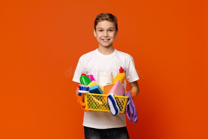 Śliczny chłopiec mienie ustawiający czyści dostawy fotografia stock