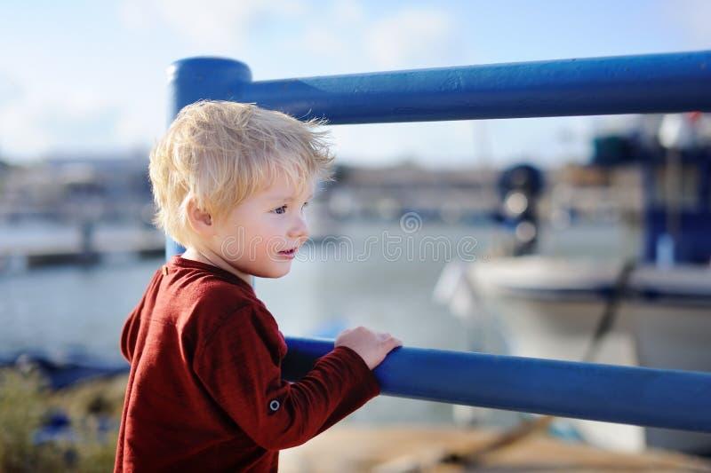 Śliczny chłopiec odprowadzenie w małym Włoskim miasteczku obraz royalty free