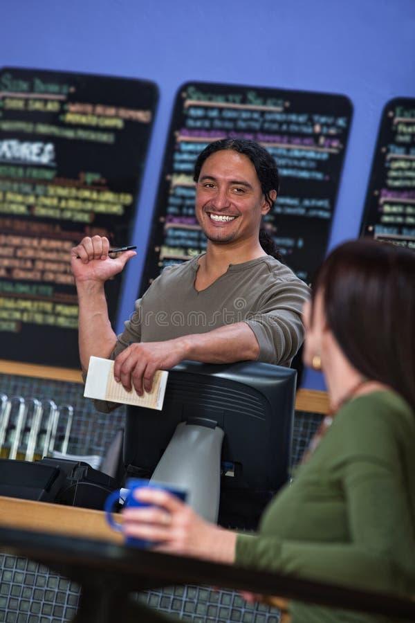 Śliczny Cukierniany pracownik Wskazuje przy menu obrazy stock