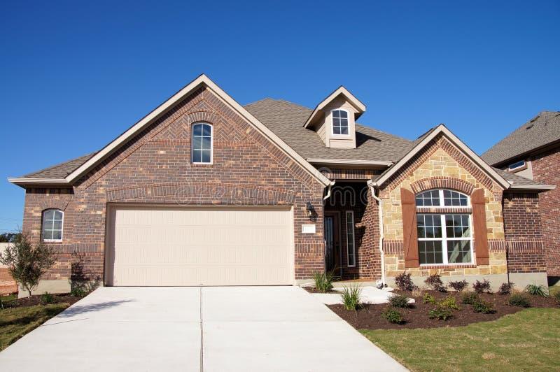 Śliczny domowy cegła kamienia niebieskie niebo zdjęcie royalty free