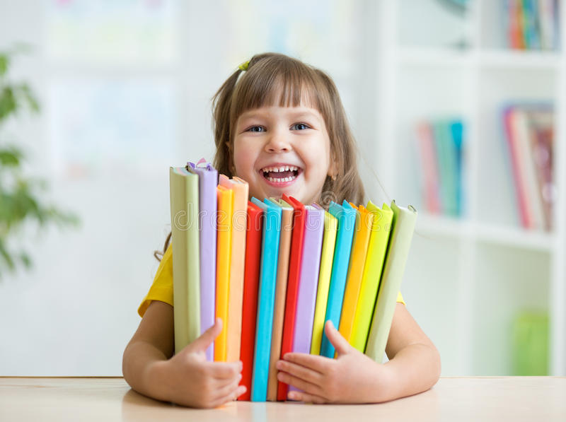 Śliczny dzieciak dziewczyny preschooler z książkami salowymi obraz stock