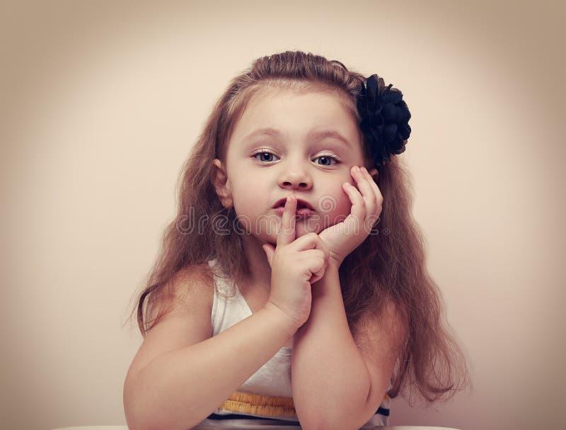 Śliczny dzieciak dziewczyny seansu ciszy znak palcowe pobliskie wargi Rocznik fotografia stock