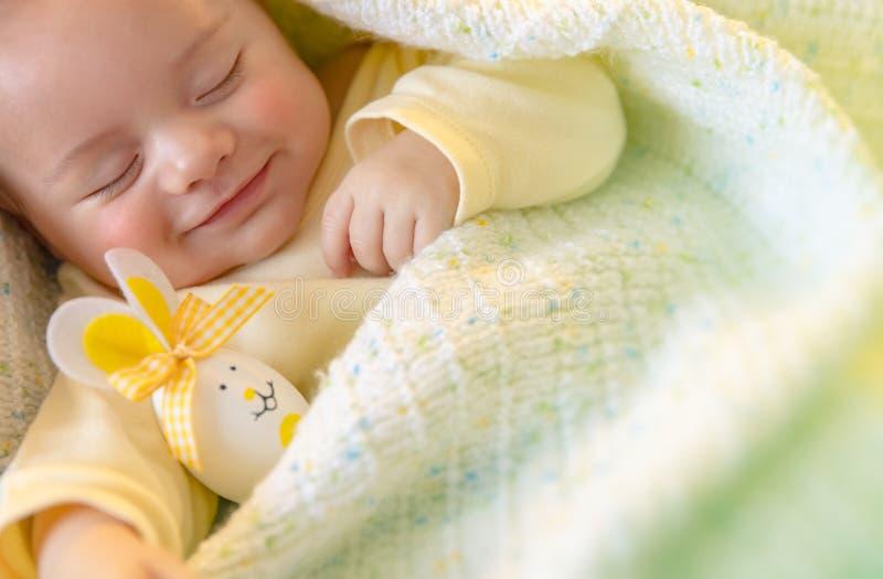 Śliczny dziecka dosypianie z Wielkanocnymi dekoracjami fotografia royalty free