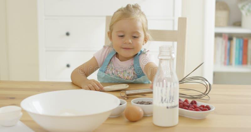 Śliczny dziecka pieczenie w kuchni fotografia royalty free