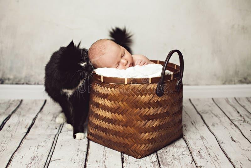 Śliczny dziecko Śpi Blisko Dużego Czarnego kota obrazy stock