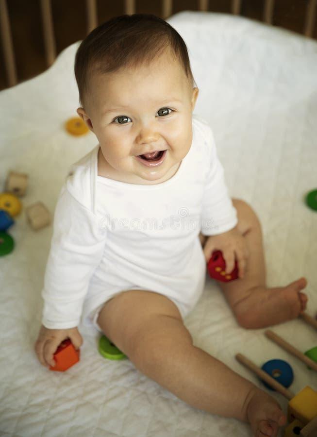 Śliczny dziecko bawić się z blokami zdjęcia stock