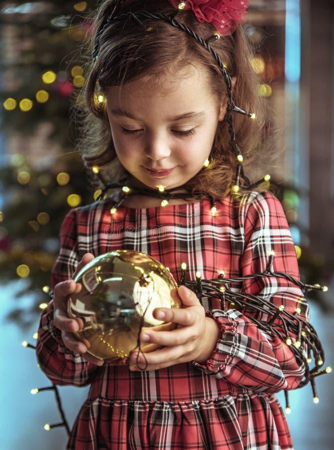Śliczny dziecko trzyma choinki szklaną piłkę zdjęcia royalty free