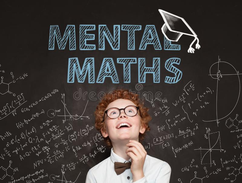 Śliczny dziecko uczeń ma zabawę w sali lekcyjnej na chalkboard z matematyk formułami Umysłowy matematyki pojęcie zdjęcia royalty free