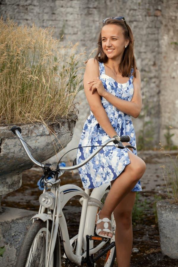 Śliczny dziewczyna cyklista obraz royalty free