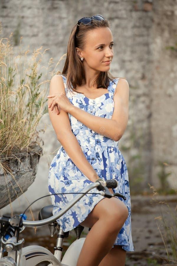 Śliczny dziewczyna cyklista zdjęcie stock