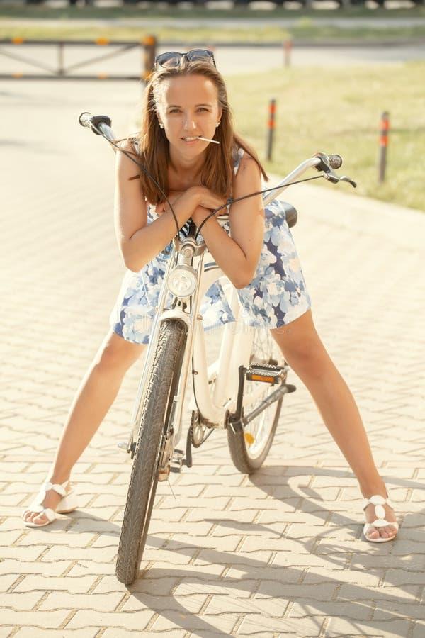 Śliczny dziewczyna cyklista zdjęcie royalty free