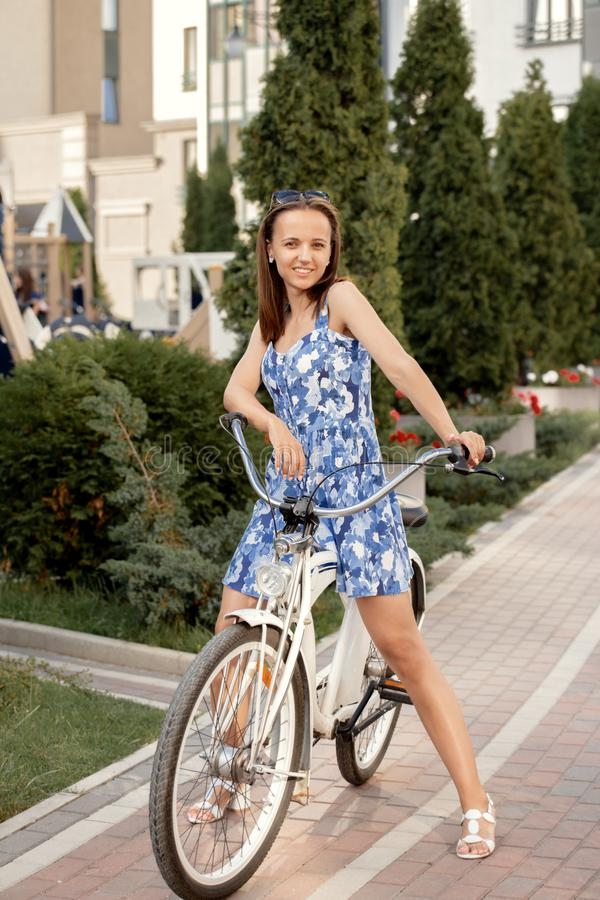 Śliczny dziewczyna cyklista fotografia stock