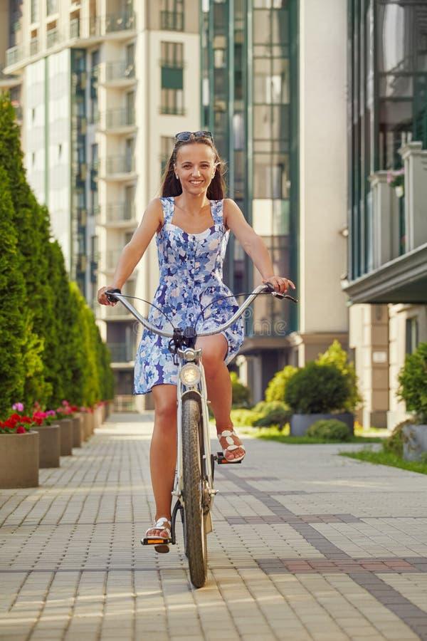 Śliczny dziewczyna cyklista zdjęcia stock