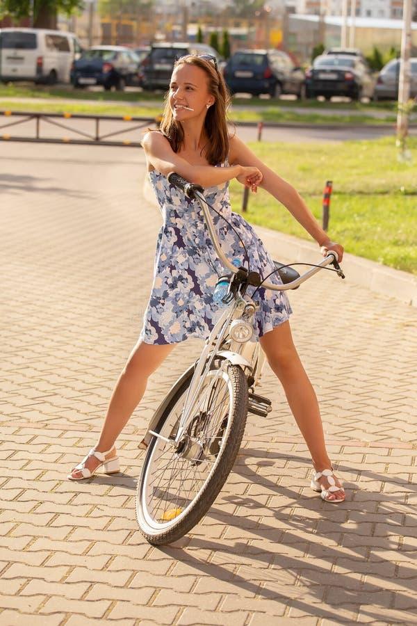 Śliczny dziewczyna rowerzysta fotografia royalty free
