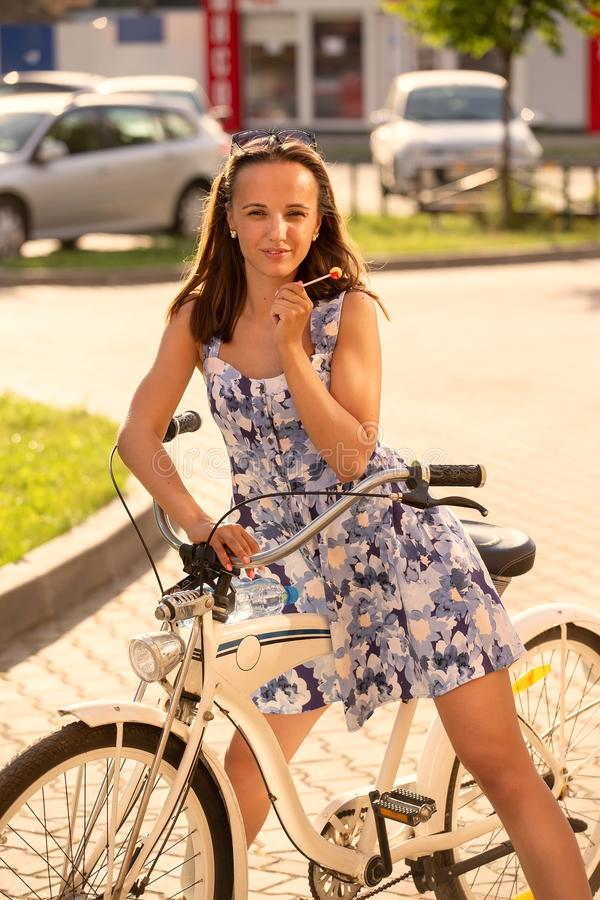 Śliczny dziewczyna rowerzysta zdjęcie stock