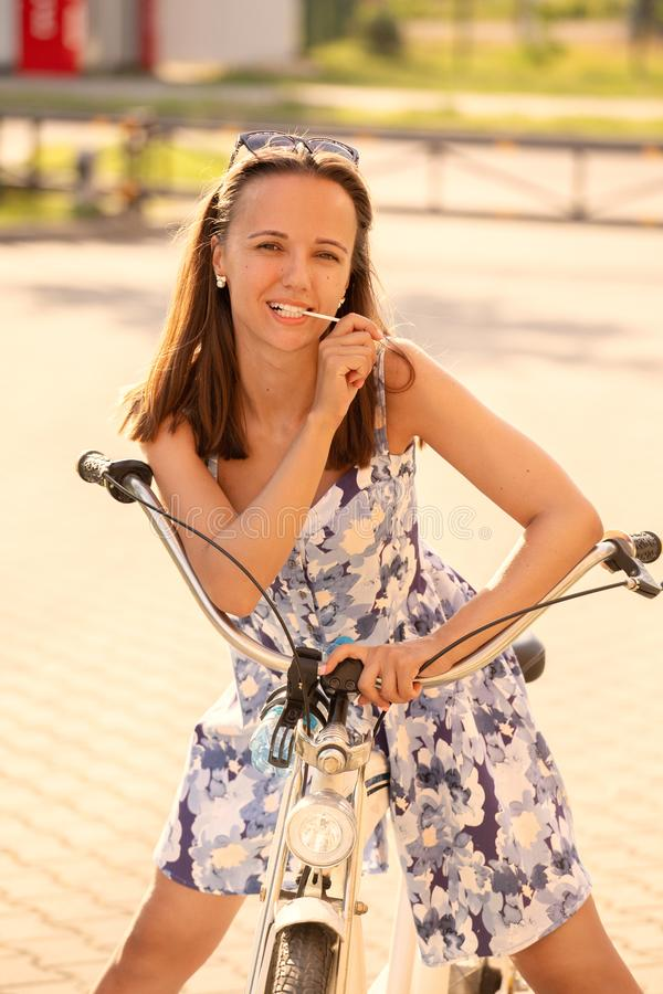 Śliczny dziewczyna rowerzysta obrazy royalty free